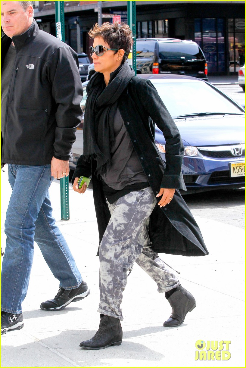 halle berry pregnant shopper in nyc 262845112