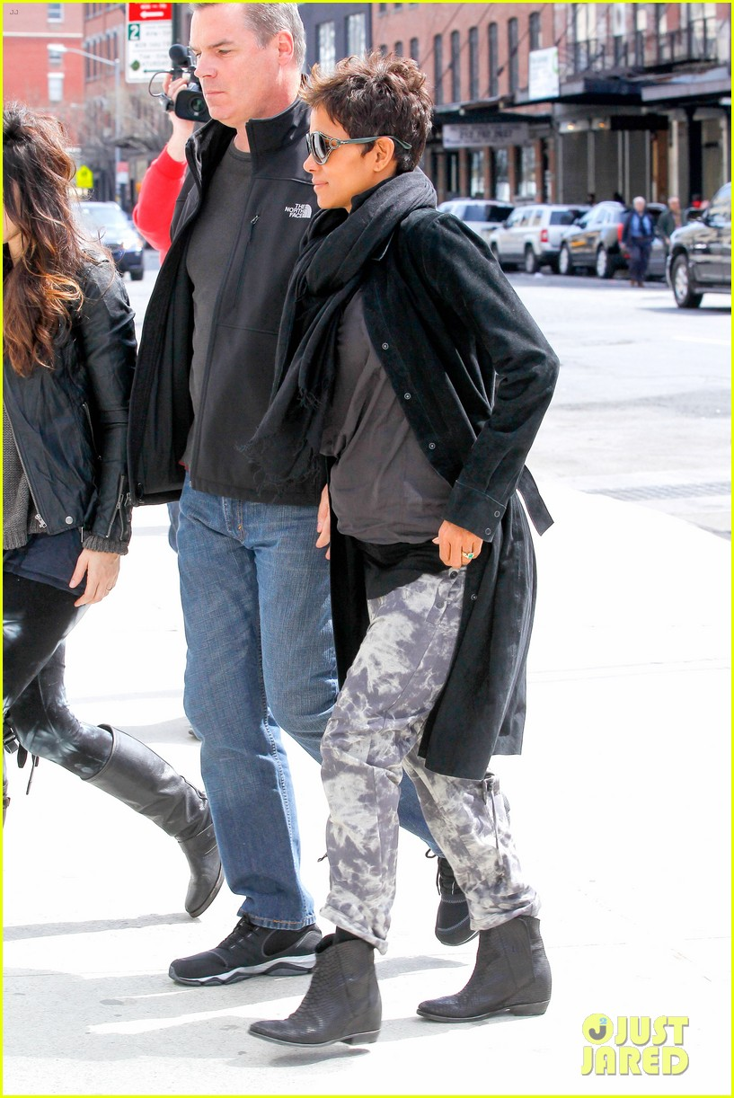 halle berry pregnant shopper in nyc 272845113