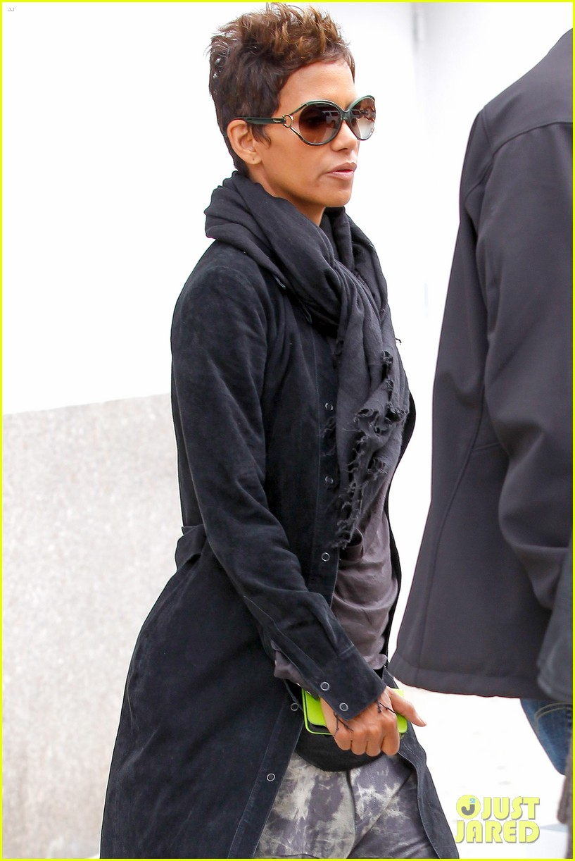 halle berry pregnant shopper in nyc 282845114