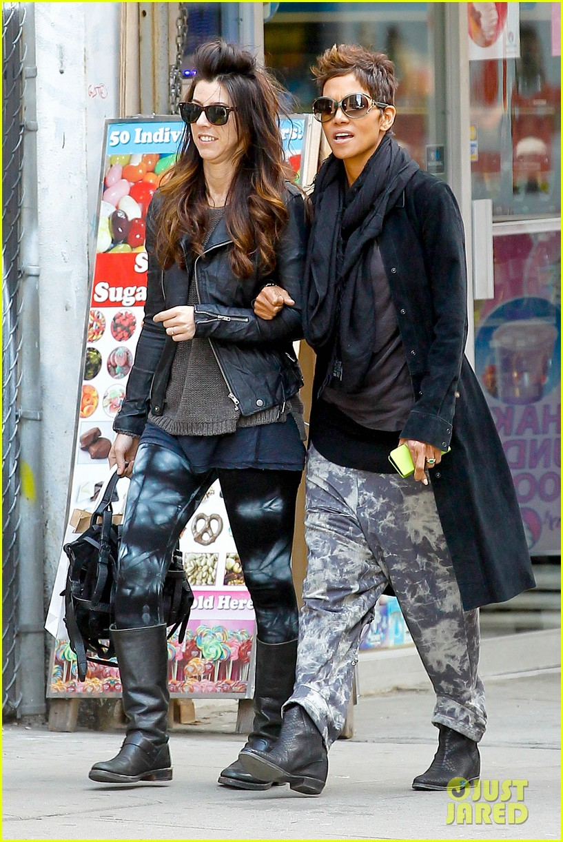 halle berry pregnant shopper in nyc 302845116