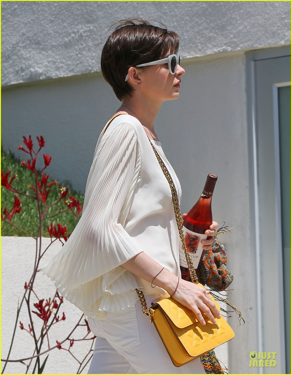 anne hathaway baby bump amusement 042860865