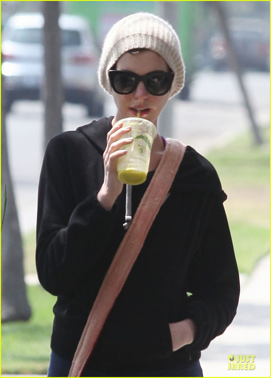 anne hathaway baby bump amusement 16