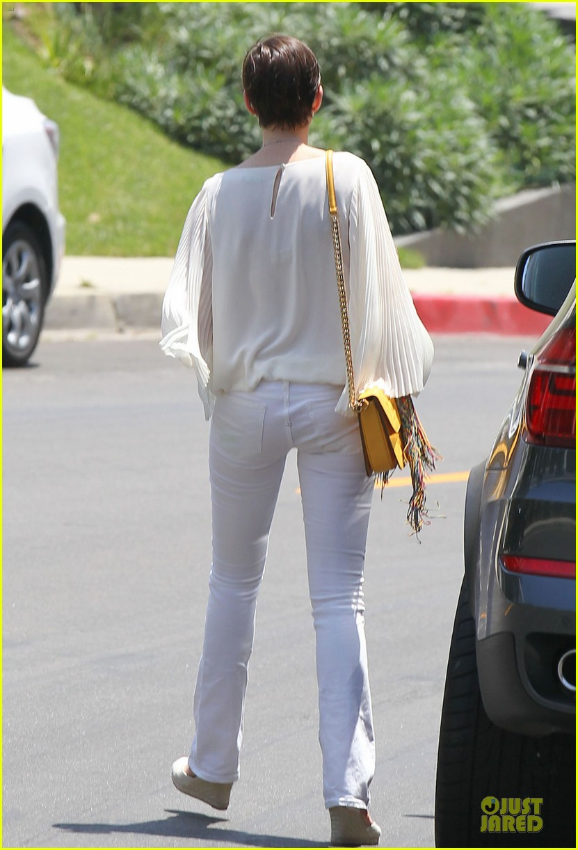 anne hathaway baby bump amusement 222860883