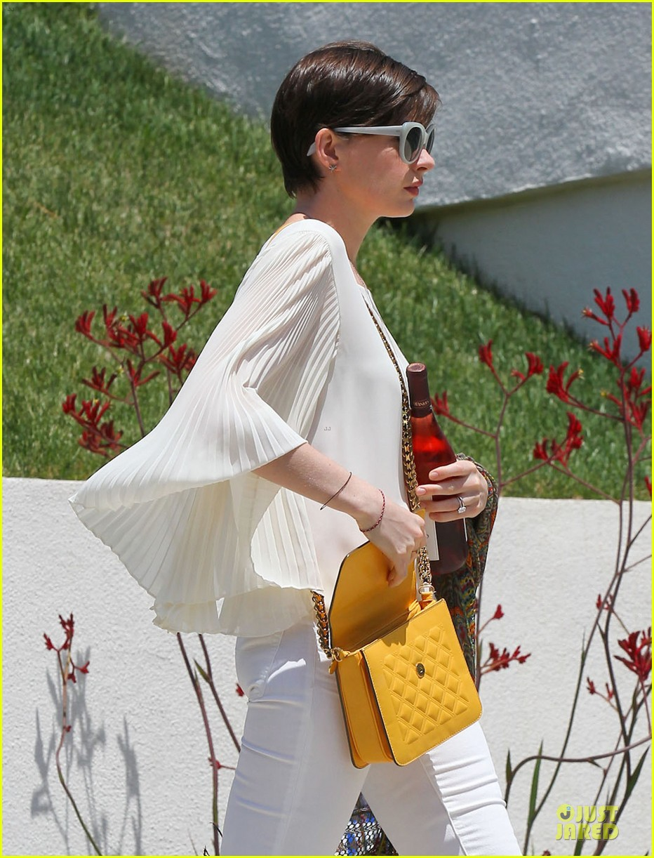 anne hathaway baby bump amusement 262860887