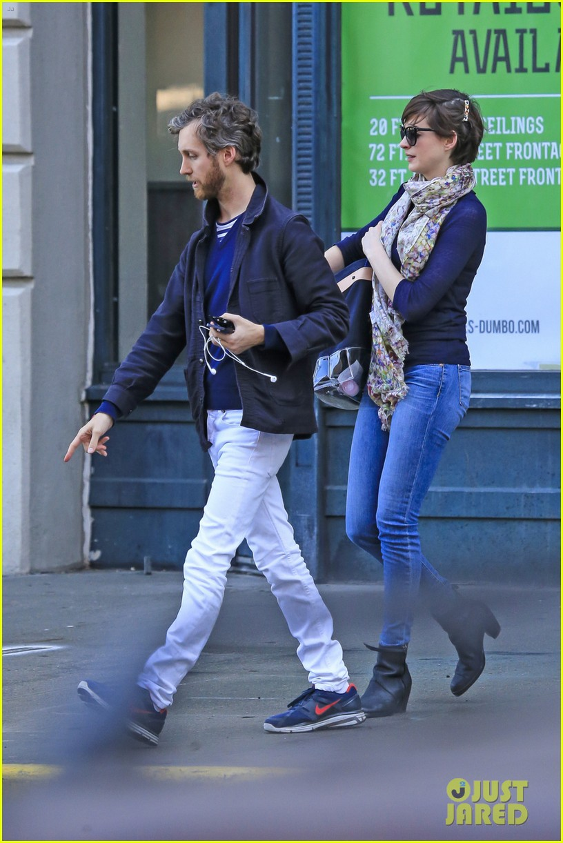 anne hathaway adam shulman coordinated brooklyn couple 012846123