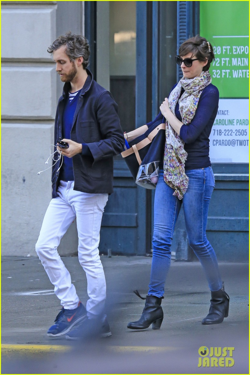 anne hathaway adam shulman coordinated brooklyn couple 092846131