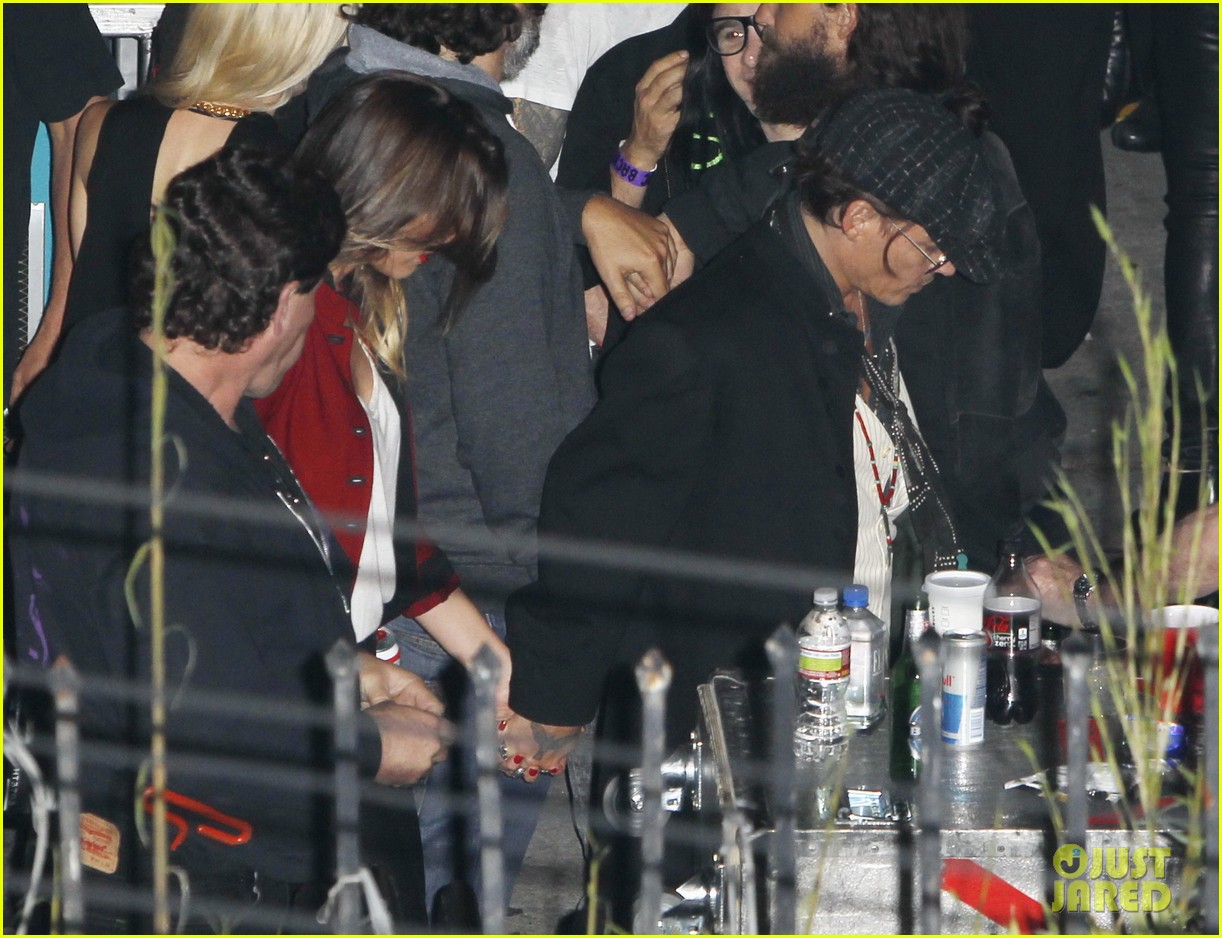 johnny depp amber heard hold hands at rolling stones concert 012859950