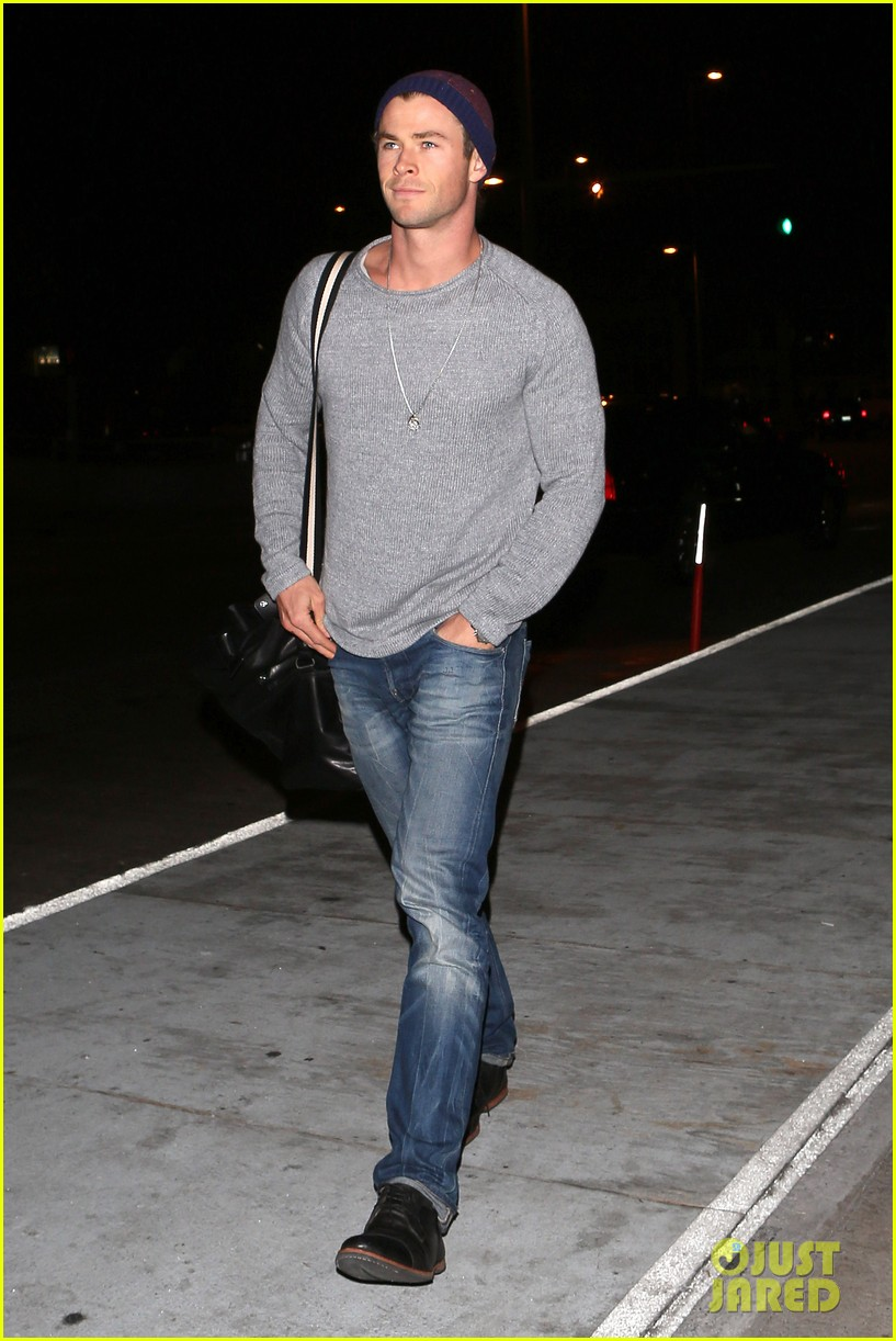 chris hemsworth catches flight liam hemsworth goes skateboarding 03