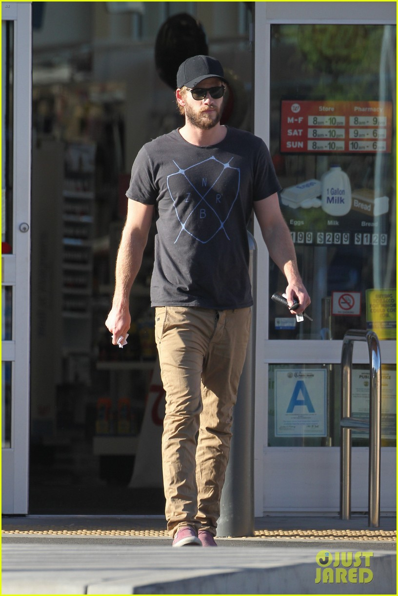 chris hemsworth catches flight liam hemsworth goes skateboarding 052855618