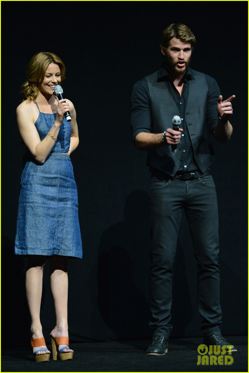 liam hemsworth elizabeth banks hunger games at cinemacon 032853113