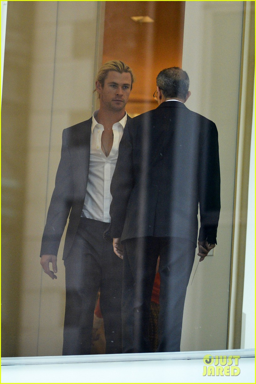 chris hemsworth calvin klein fitting with elsa pataky 022845421