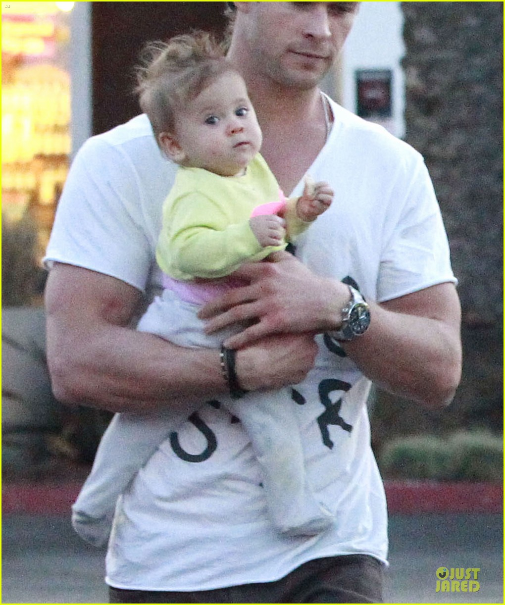 chris hemsworth elsa pataky grocery shopping after easter 042841860