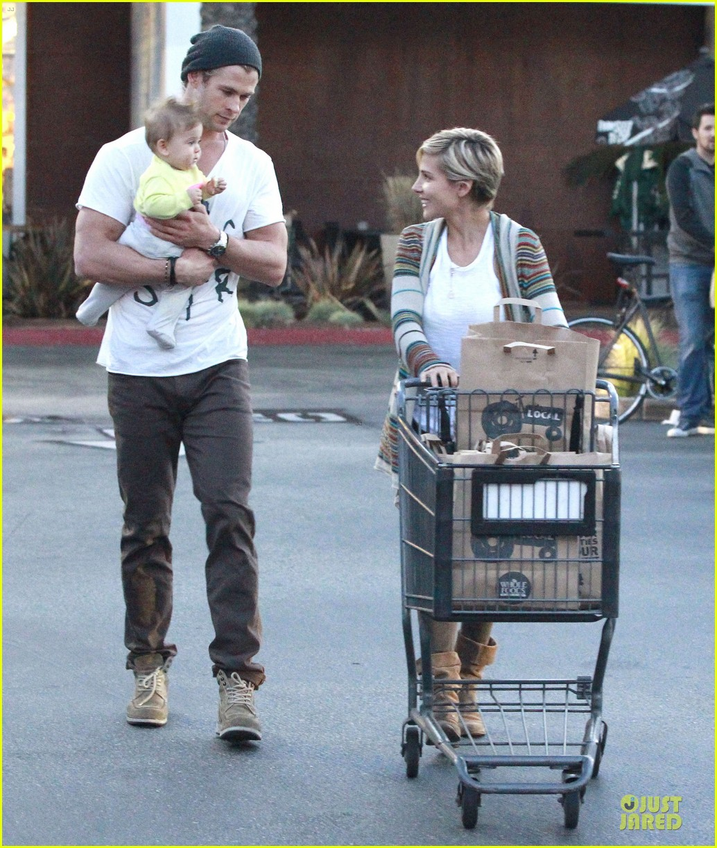 chris hemsworth elsa pataky grocery shopping after easter 052841861