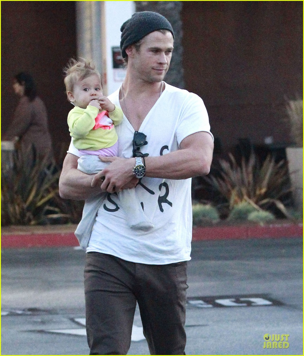 chris hemsworth elsa pataky grocery shopping after easter 112841867