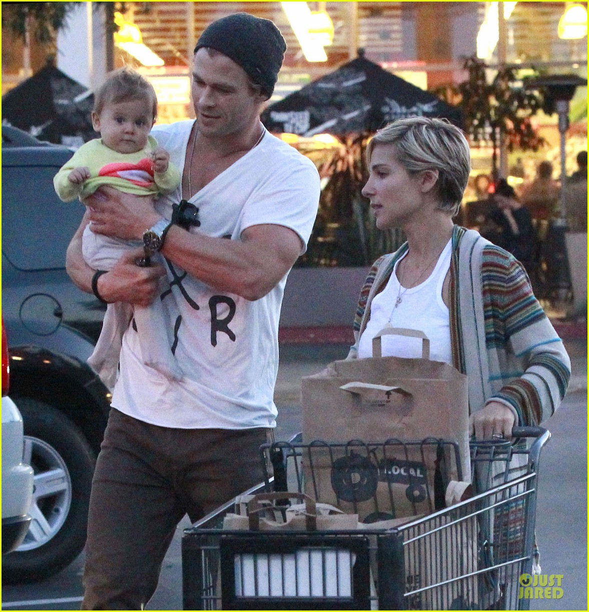 chris hemsworth elsa pataky grocery shopping after easter 142841870