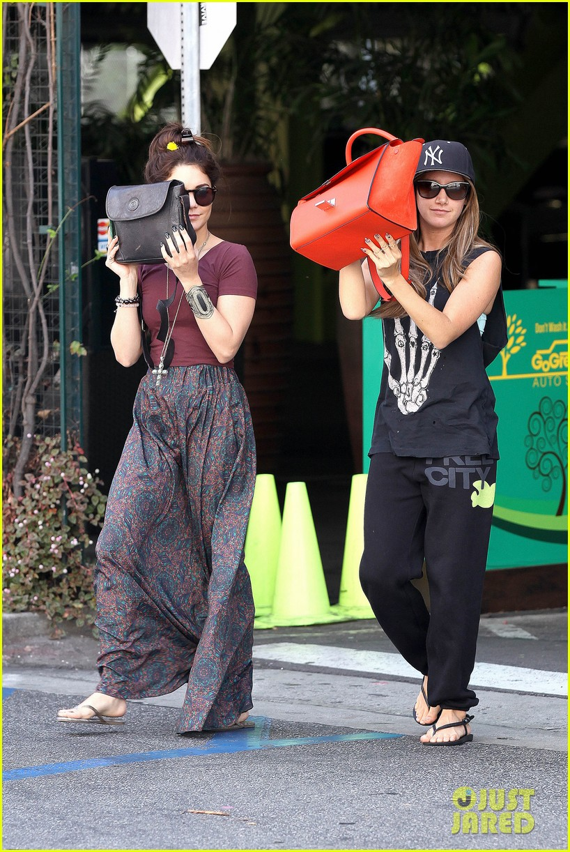 vanessa hudgens ashley tisdale hide behind their bags 01