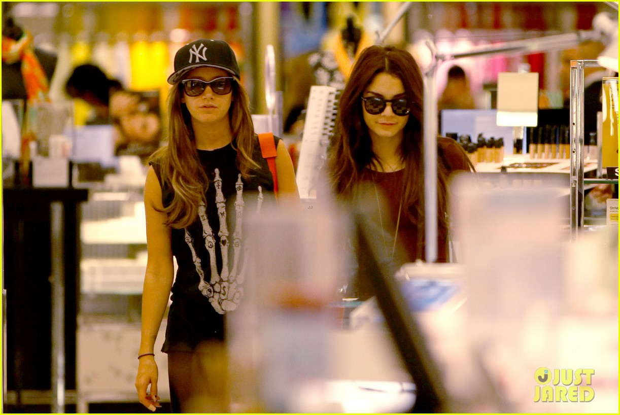 vanessa hudgens ashley tisdale hide behind their bags 022842935
