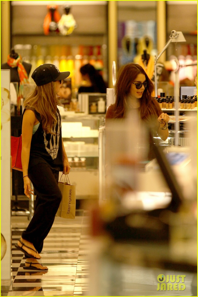 vanessa hudgens ashley tisdale hide behind their bags 19
