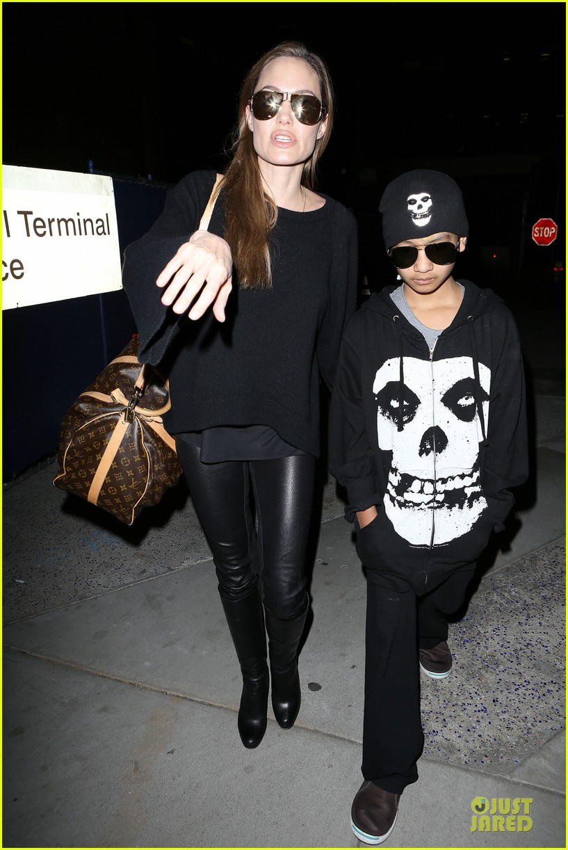 angelina jolie lax arrival with maddox 02