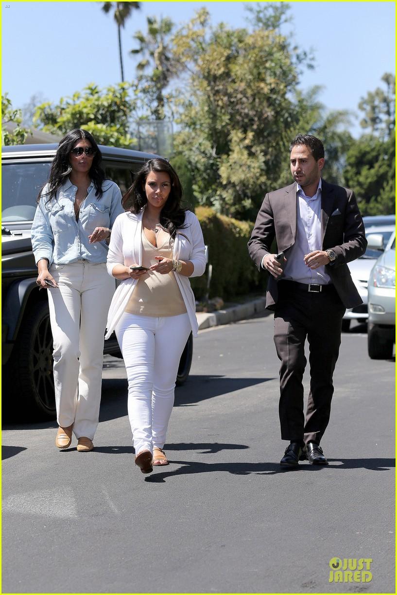 kim kardashian braless house hunting 032854284