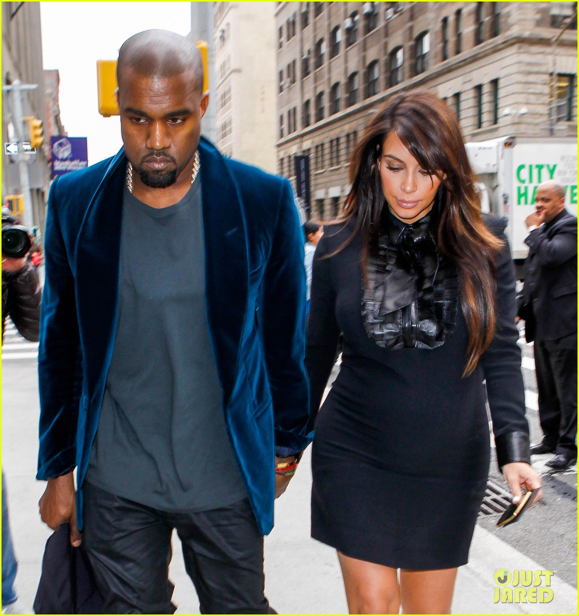 kim kardashian kanye west hold hands in nyc 03