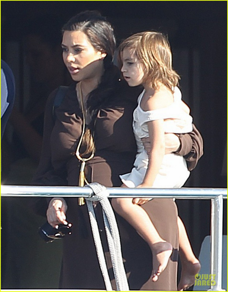 pregnant kim kardashian greece yacht with family 022859276
