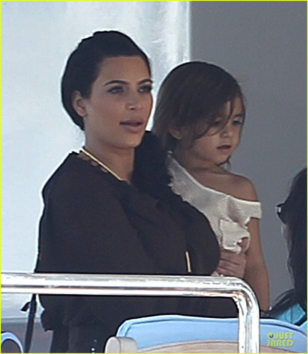 pregnant kim kardashian greece yacht with family 082859282