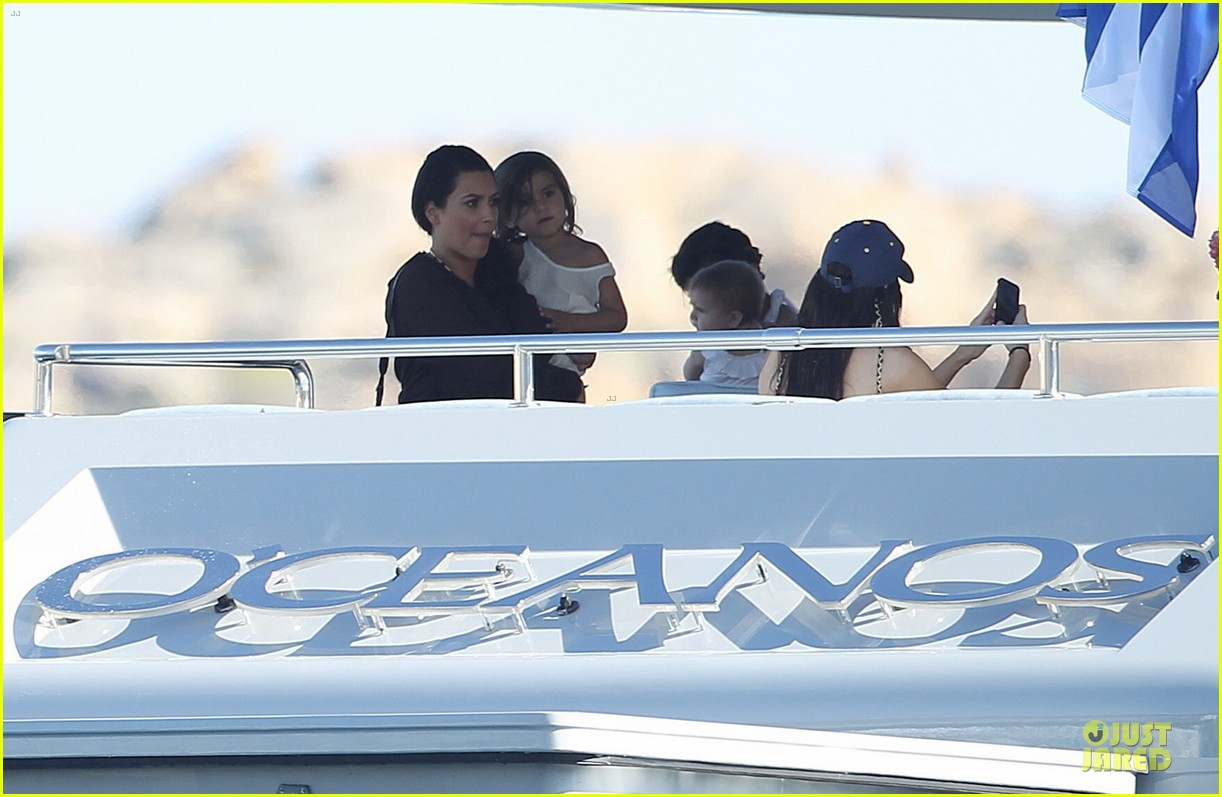 pregnant kim kardashian greece yacht with family 092859283