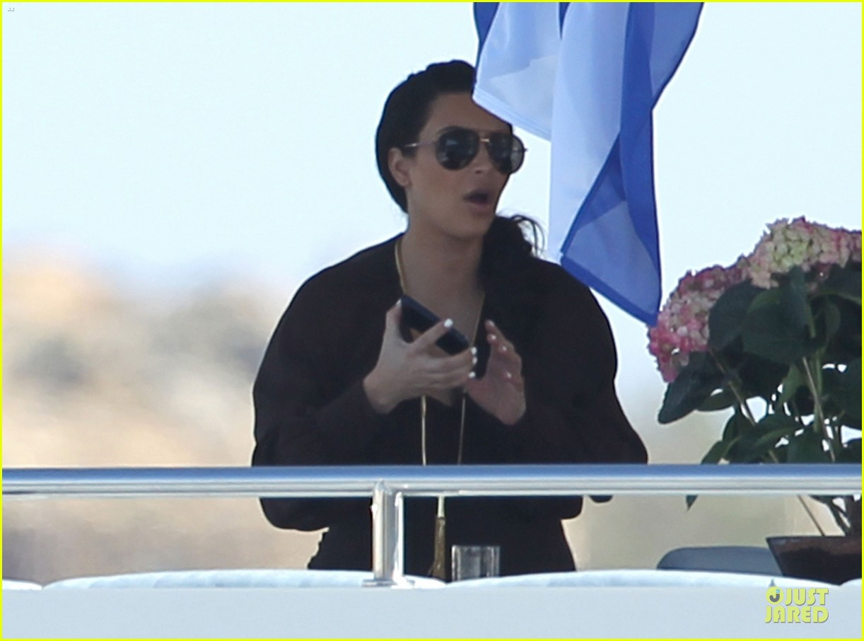 pregnant kim kardashian greece yacht with family 32