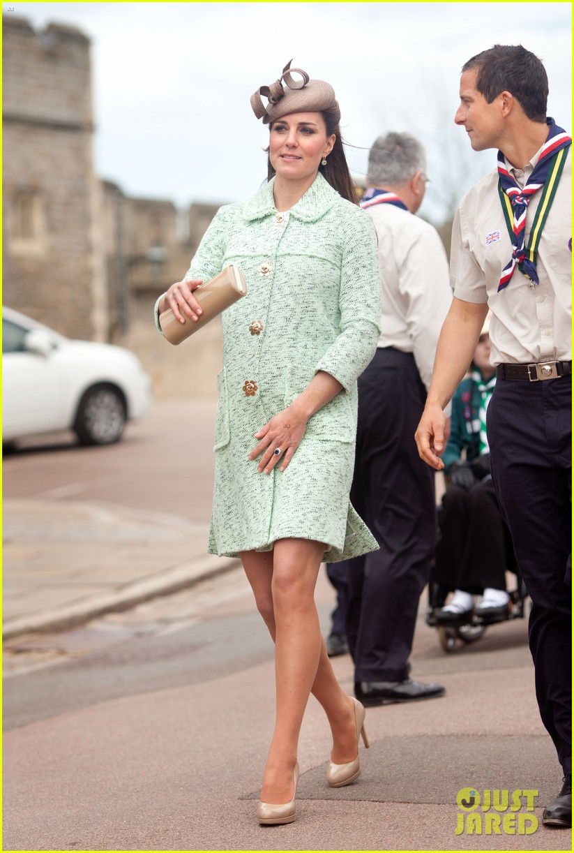 pregnant kate middleton baby bump at queen scouts review 082854854