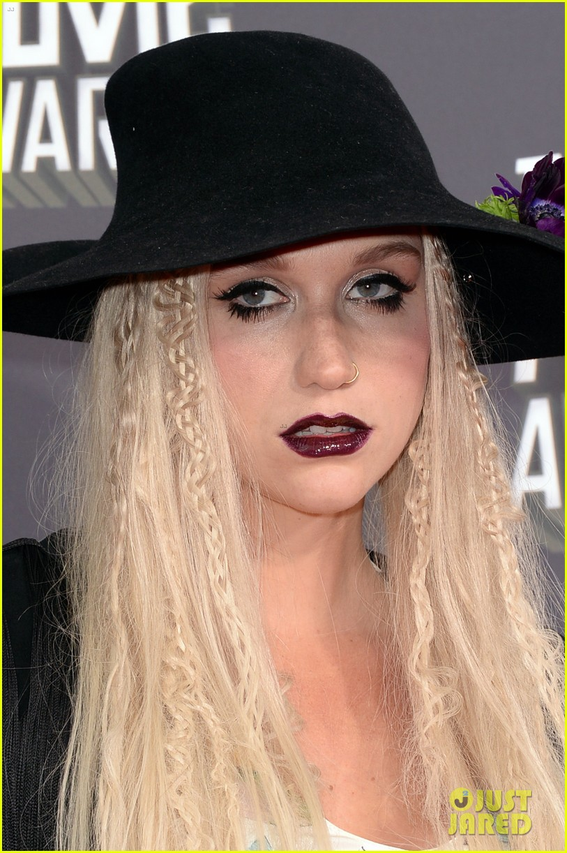 Kesha >> Galería [Candids, apariciones, paparazzi, etc.] - Página 9 Kesha-mtv-movie-awards-2013-red-carpet-02