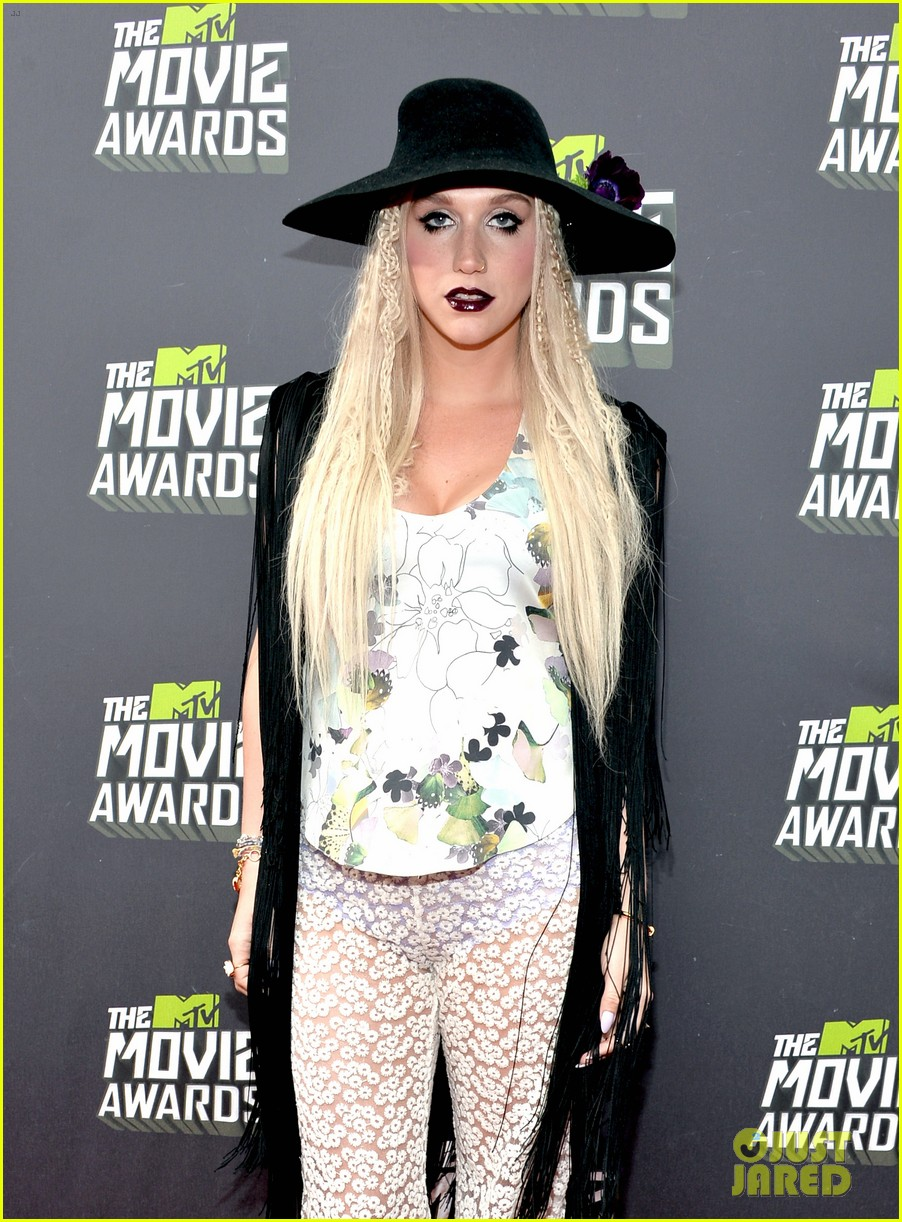 Kesha >> Galería [Candids, apariciones, paparazzi, etc.] - Página 9 Kesha-mtv-movie-awards-2013-red-carpet-06