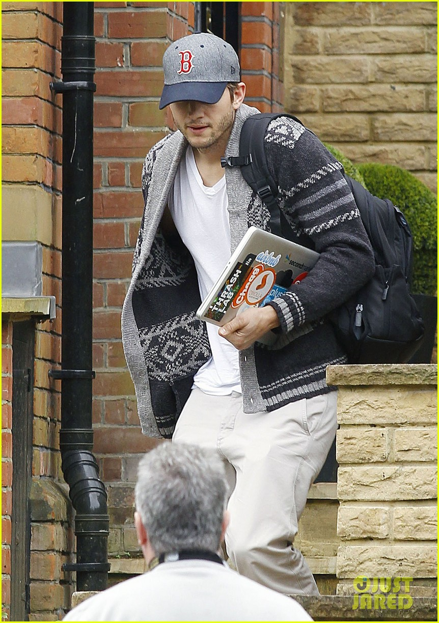 ashton kutcher wears boston hat after terrorist attacks 052851472