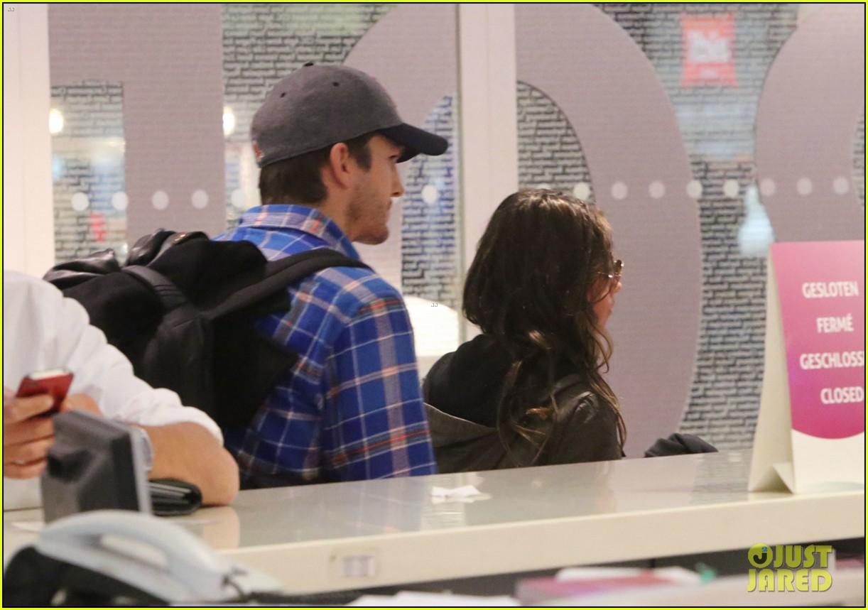 ashton kutcher wears boston hat after terrorist attacks 062851473