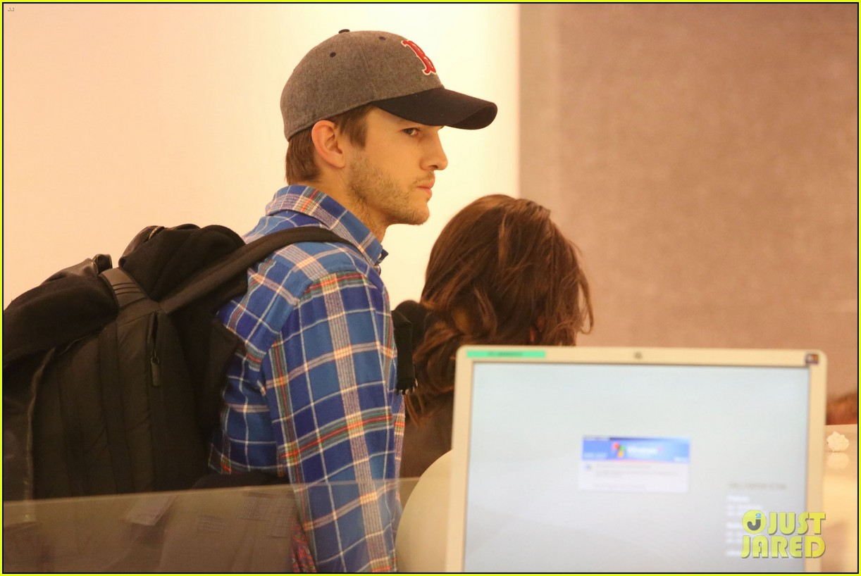 ashton kutcher wears boston hat after terrorist attacks 072851474