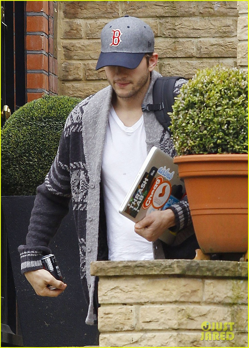 ashton kutcher wears boston hat after terrorist attacks 112851478