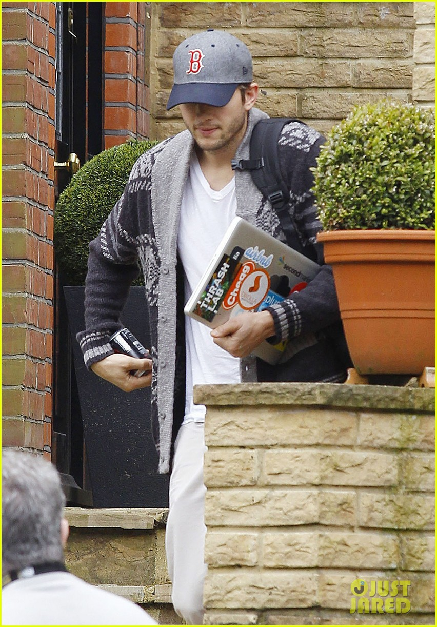 ashton kutcher wears boston hat after terrorist attacks 122851479