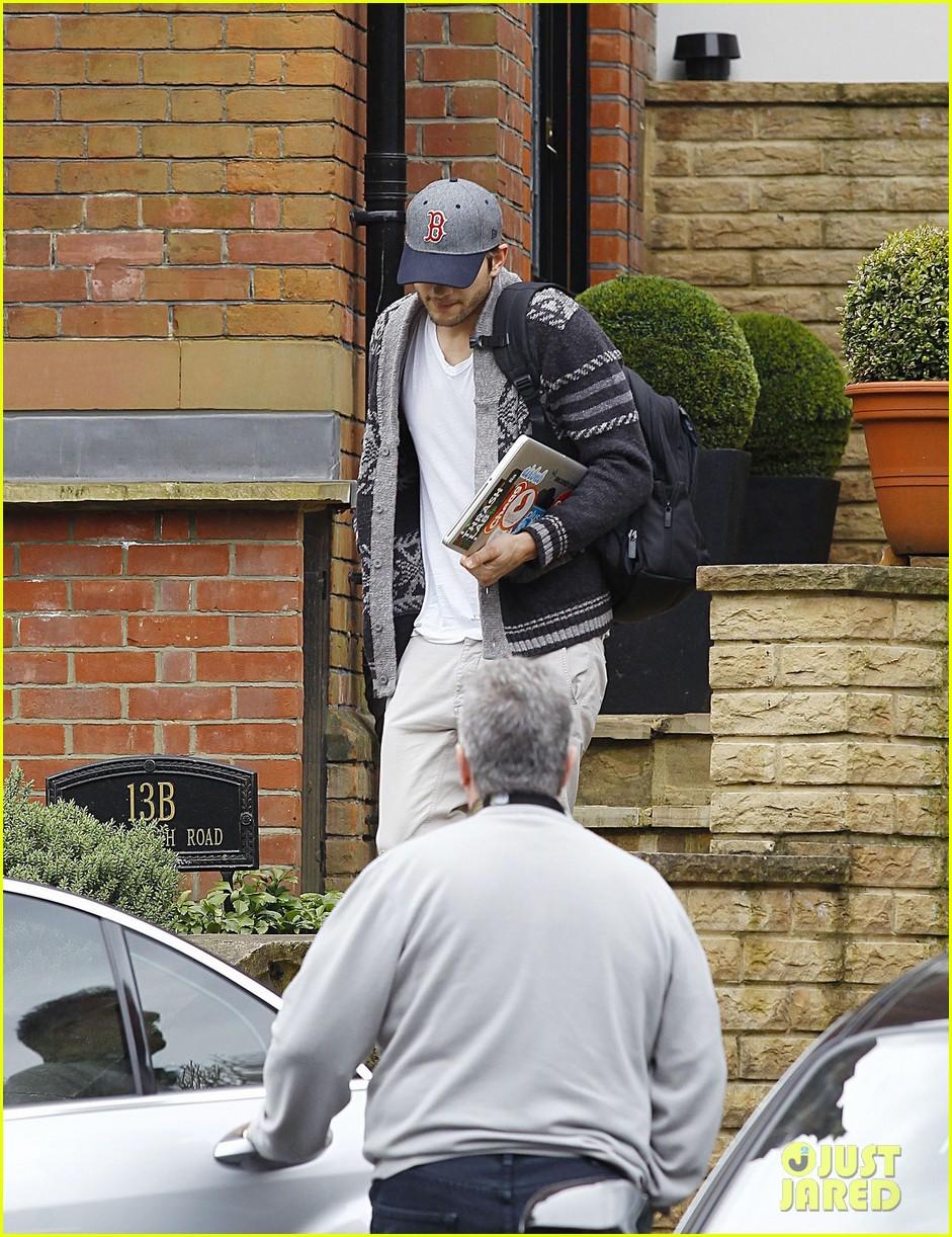 ashton kutcher wears boston hat after terrorist attacks 132851480