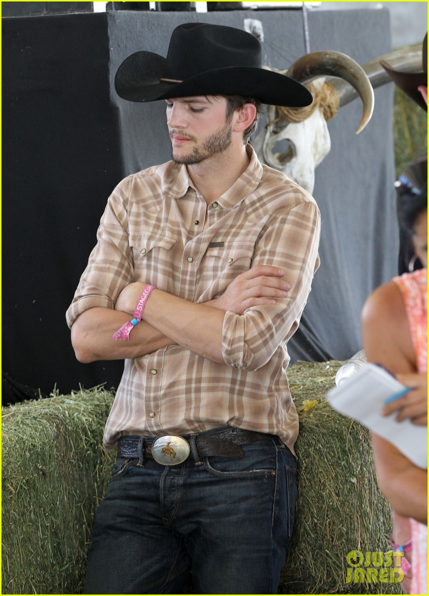 ashton kutcher returns to stagecoach festival after fight 062860455