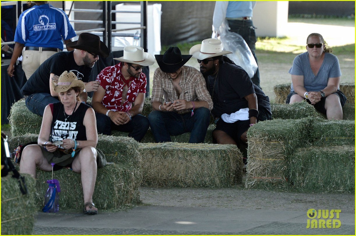 ashton kutcher returns to stagecoach festival after fight 102860459