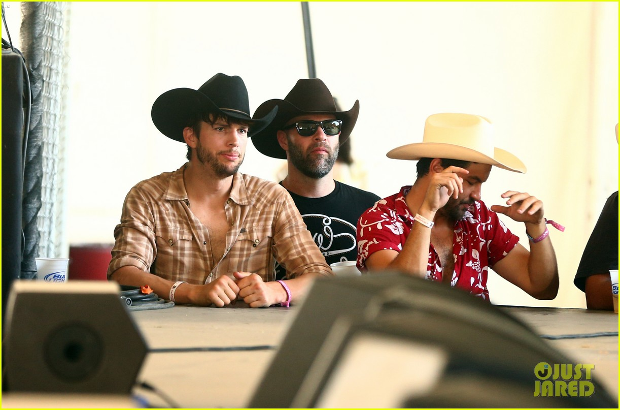 ashton kutcher returns to stagecoach festival after fight 122860461