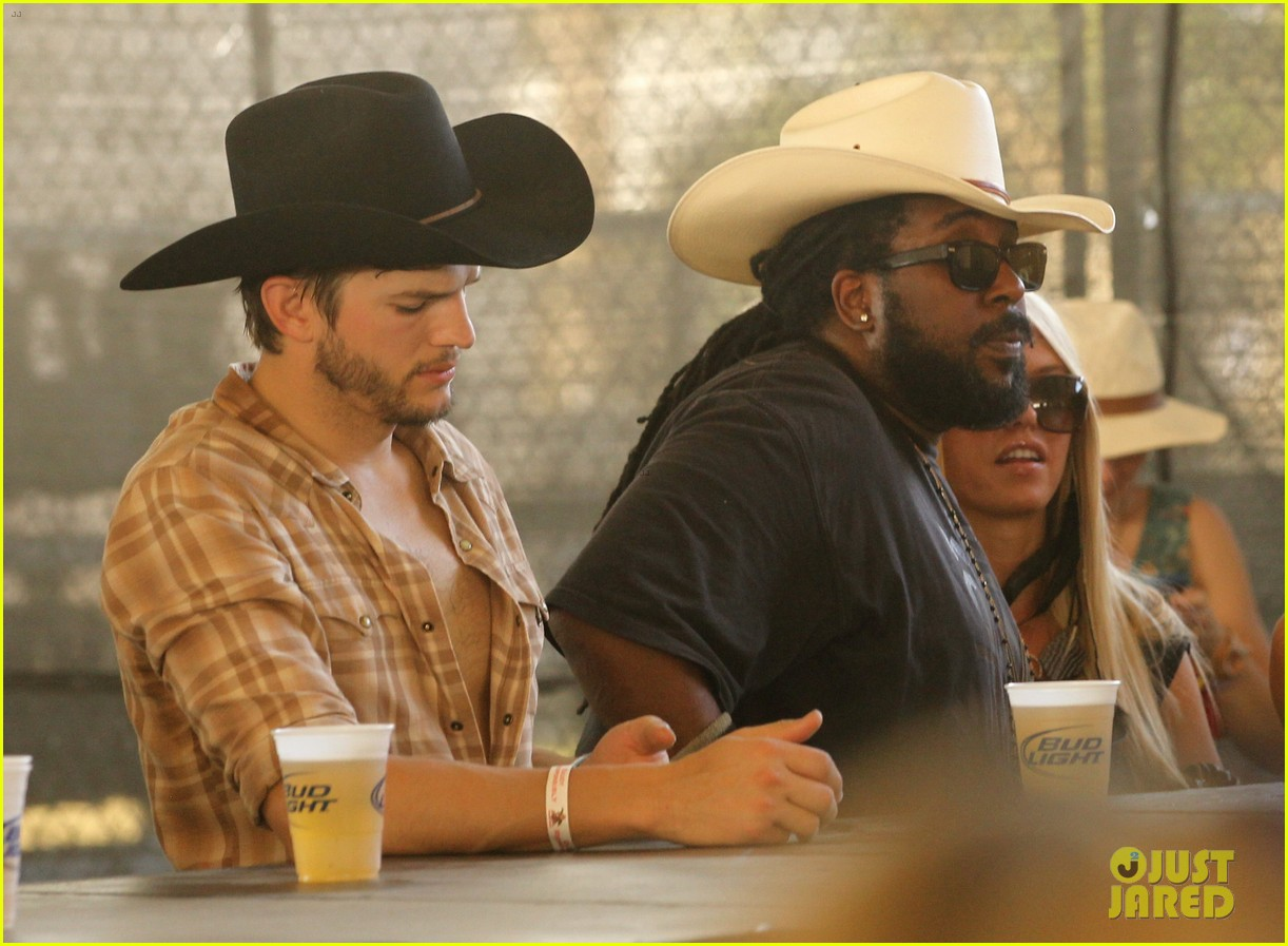 ashton kutcher returns to stagecoach festival after fight 212860470