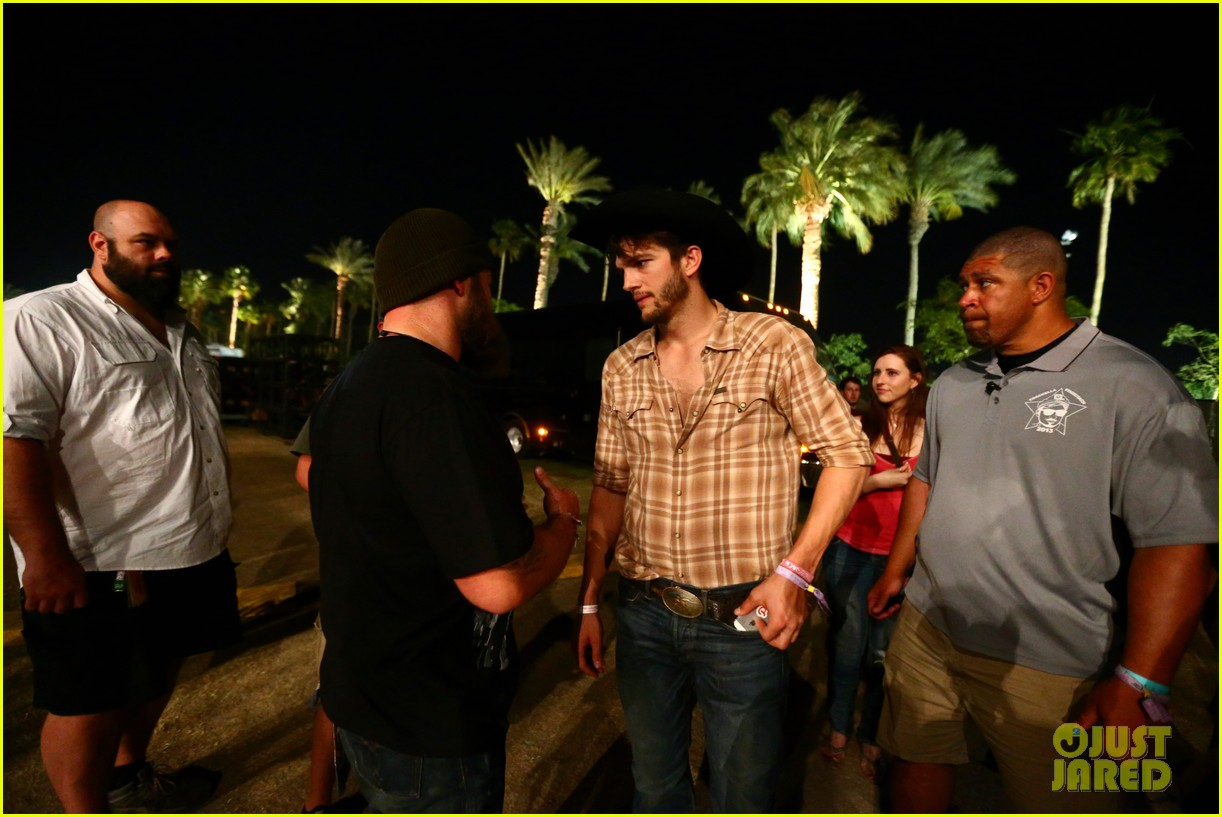 ashton kutcher returns to stagecoach festival after fight 282860477