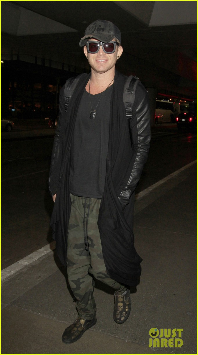 adam lambert lax arrival after miami beach gay pride 032851305