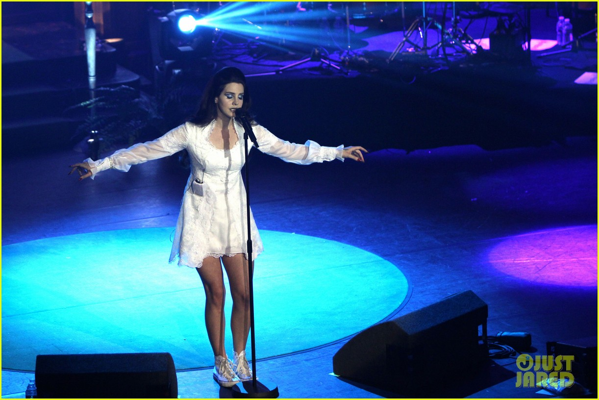 lana del rey paris concert stop 032859906