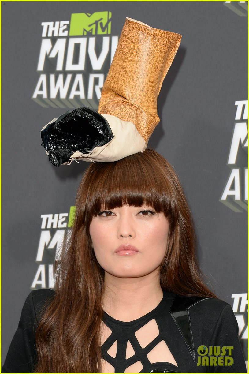 hana mae lee cigarette hat at mtv movie awards 2013 032849973