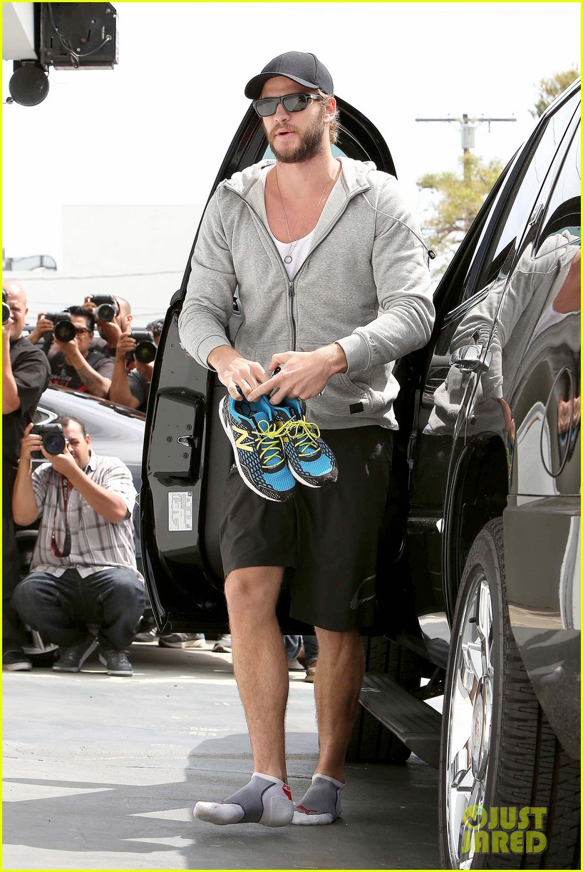 liam hemsworth goes shoeless at the gym 012843255