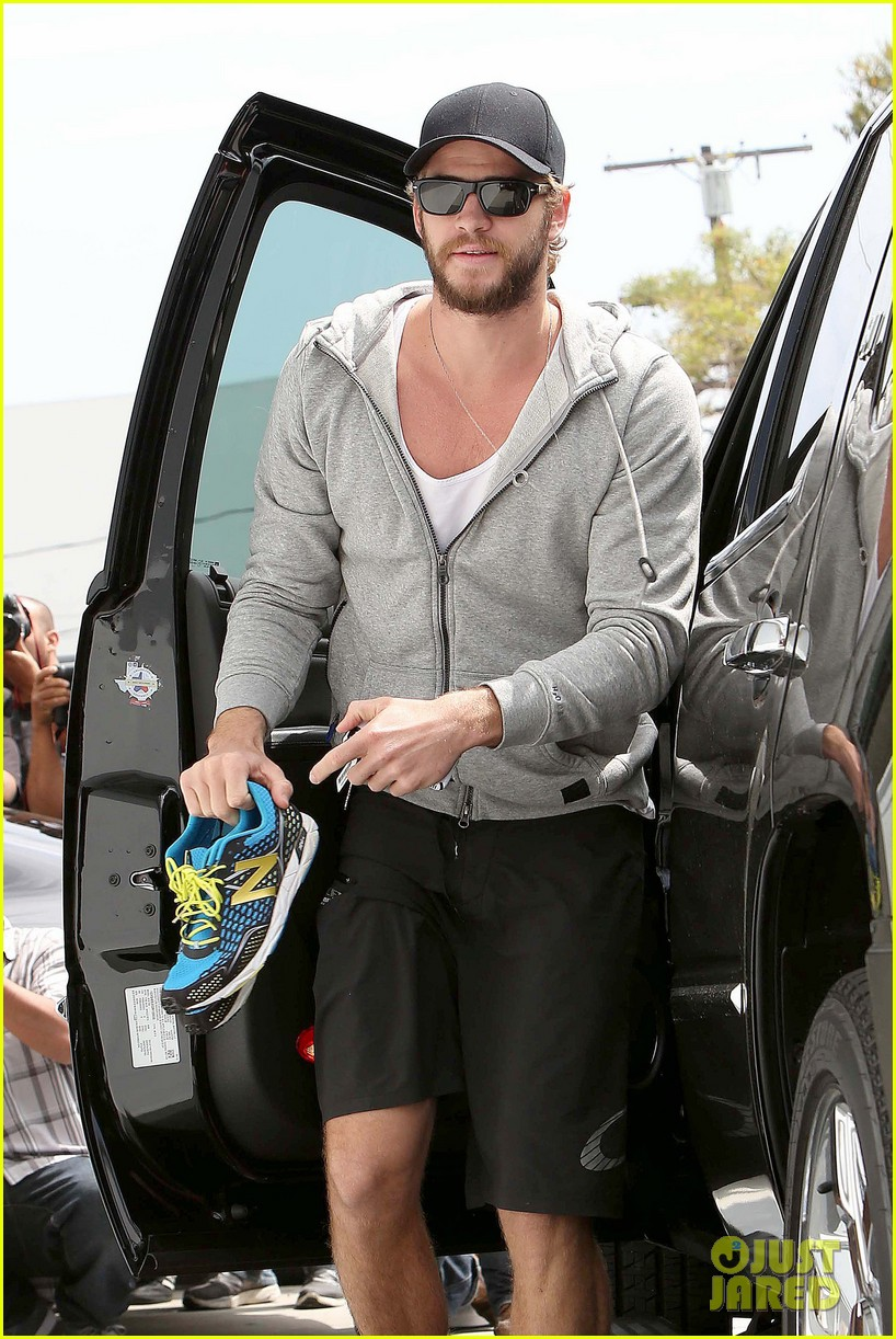 liam hemsworth goes shoeless at the gym 02