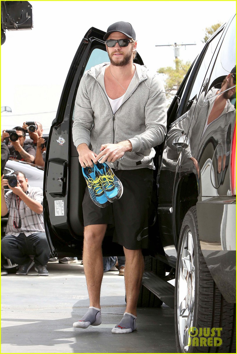 liam hemsworth goes shoeless at the gym 062843260
