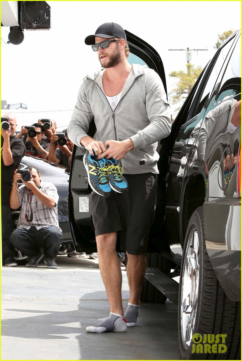 liam hemsworth goes shoeless at the gym 072843261
